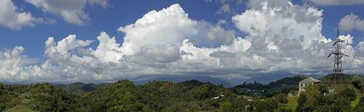Panorama av berg och himmel med moln fotografering för bildbyråer