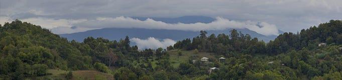 Panorama av berg och himmel med moln royaltyfri fotografi