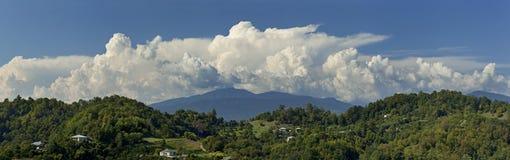 Panorama av berg och himmel med moln arkivfoto
