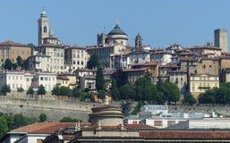 Panorama av Bergamo med forntida torn italy royaltyfria foton