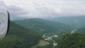 Panorama av bergdalen med den unga rödhårig manflickan i gräsplankläder i förgrund i unfocus arkivfilmer