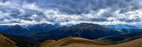 Panorama av bergen av det norr Kaukasuset under en stormig himmel Arkhyz arkivbild