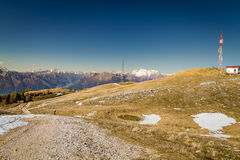 Panorama av bergen med den blåa skyen Royaltyfria Bilder