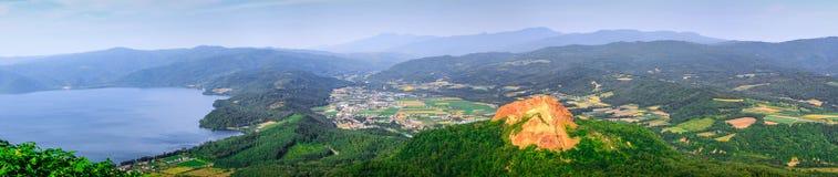 Panorama av berget, sjön och himmel i Hokkaido, Japan Fotografering för Bildbyråer