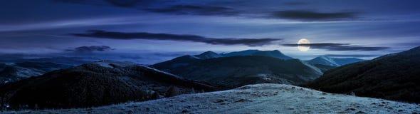 Panorama av bergig bygd på natten arkivbild
