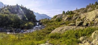 Panorama av berglandskap med ängen som lokaliseras i en val flod Royaltyfri Foto