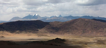 Panorama av berglandskapet i den Ngari prefekturen, Tibet Royaltyfri Foto
