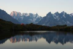 Panorama av bergsjön i fjällängar Royaltyfri Fotografi