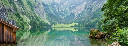 Panorama av bergsjön Obersee i tyska fjällängar bavaria germany royaltyfri foto