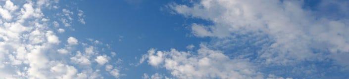 Panorama av blå himmel med moln Arkivfoton