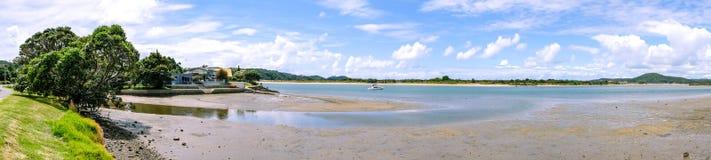 Panorama av breda flodmynningen för Ngunguru hamnflod på lågvatten - waterfr Arkivbilder