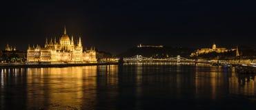 Panorama av Buda Castle, parlament och Danubet River, Budapest, Ungern royaltyfri bild