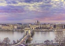 Panorama av Budapest med kedjebron på solnedgången, Ungern fotografering för bildbyråer