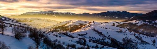 Panorama av bygd på soluppgång i vinter Royaltyfria Bilder