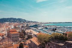 Panorama av Cannes, Cote d'Azur, Frankrike, s?dra Europa Trevlig stad och lyxig semesterort av franska riviera Ber?md turist- des royaltyfri fotografi