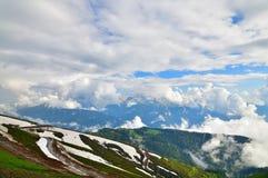 Panorama av Caucasian berg från den Rosa Khutor semesterorten i Ryssland Arkivfoto