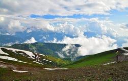 Panorama av Caucasian berg från den Rosa Khutor semesterorten i Ryssland Royaltyfri Foto