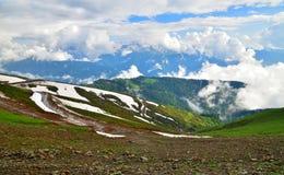 Panorama av Caucasian berg från den Rosa Khutor semesterorten i Ryssland Royaltyfri Fotografi