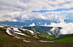 Panorama av Caucasian berg från den Rosa Khutor semesterorten i Ryssland Arkivbild