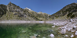 Panorama av Cavallers sjön och Pyrenees av Alta Ribagorca royaltyfri fotografi