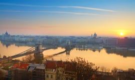 Panorama av centrala Budapest på soluppgången Royaltyfri Foto