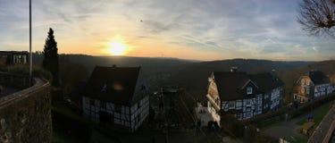 Panorama av chairliften Seilbahn på slottsmåstaden i Solingen med härlig sikt i soluppsättning royaltyfri bild