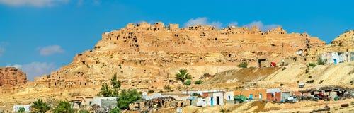 Panorama av Chenini, en stärkt Berberby i södra Tunisien Arkivfoto