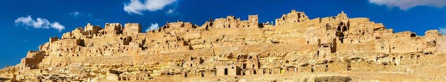 Panorama av Chenini, en stärkt Berberby i södra Tunisien Royaltyfri Fotografi