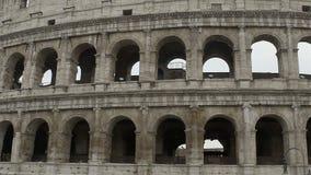 Panorama av Colosseum yttersida, den gråa antikviteten fördärvar av amfiteaterkolonner stock video