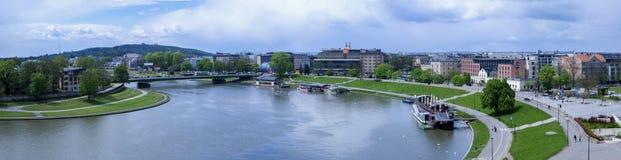 Panorama av Cracow i Polen, med Vistula River, Podwawelski bro i Maj 2017 Royaltyfri Fotografi