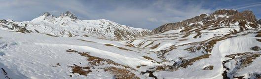 Panorama av d'Ossauen och dalen för Pic du midi i vinter från portal arkivbilder