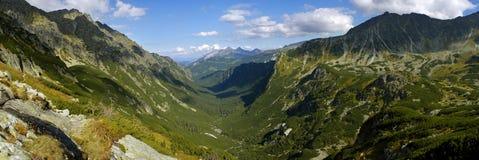 Panorama av dalen Roztoki i Tatra berg Arkivfoton