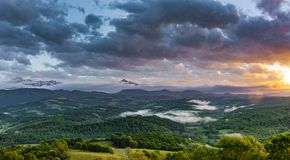 Panorama av de franska Pyreneesna arkivbild