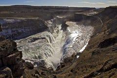Panorama av de guld- nedgångarna som faller in i svalgen, Gullfoss vattenfall, Island. Arkivfoto