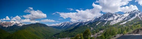 Panorama av de Kaukasus bergen royaltyfri foto