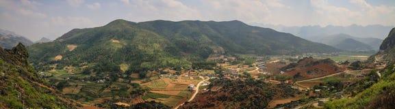 Panorama av de majestätiska karstbergen runt om Meo Vac, Ha Giang landskap, Vietnam arkivfoton