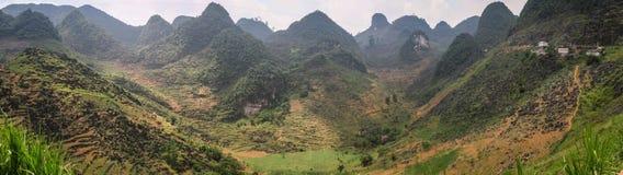 Panorama av de majestätiska karstbergen runt om Meo Vac, Ha Giang landskap, Vietnam royaltyfria foton