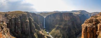 Panorama av de Maletsunyane nedgångarna och den stora kanjonen i de bergiga högländerna nära Semonkong, Lesotho, Afrika Arkivbilder