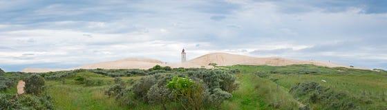 Panorama av de sandiga dyerna med den övergav fyren av ruben Arkivbild