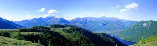 Panorama av de Sayan bergen. Royaltyfri Bild