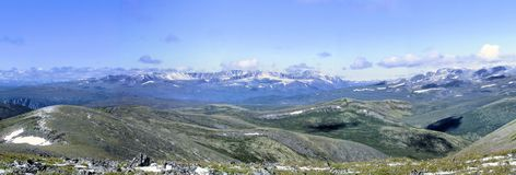 Panorama av de Sayan bergen. Sibirien. Khakassia. Arkivfoton