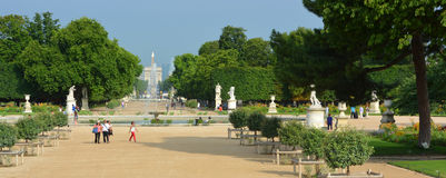 Panorama av de Tuileries trädgårdarna & stället de la Concorde, Paris Arkivfoto