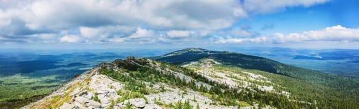 Panorama av de Ural bergen arkivbild