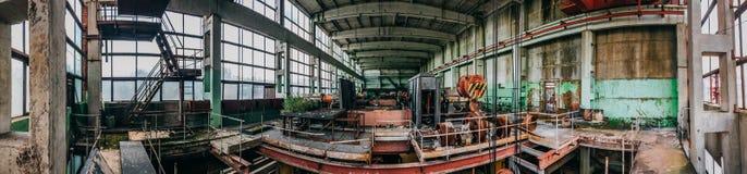 Panorama av den övergav industriella fabriksinre, stort seminarium med maskiner, utrustning Royaltyfri Foto