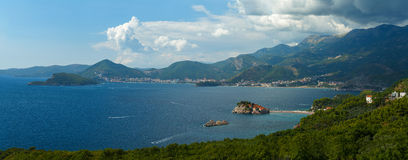 Panorama av den Adriatiska havet kusten nära ön av Sveti Stefan, Arkivbild