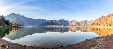 Panorama av den aktiva vulkan Baru Jari, sjön Segara Anak och toppmötet av det Rinjani berget indonesia ölombok arkivfoto