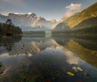 Panorama av den alpina sjön, soluppgång över den alpina sjön Laghi di Fusine Royaltyfri Fotografi