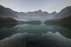 Panorama av den alpina sjön, soluppgång över den alpina sjön Laghi di Fusine Royaltyfria Foton