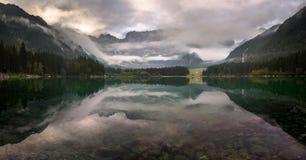 Panorama av den alpina sjön, soluppgång över den alpina sjön Laghi di Fusine Fotografering för Bildbyråer