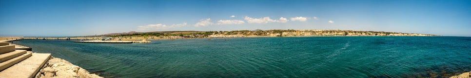 Panorama av den Aluminos kustlinjen, den hemliga paradisstranden och marina nära Larnaca Royaltyfri Fotografi
